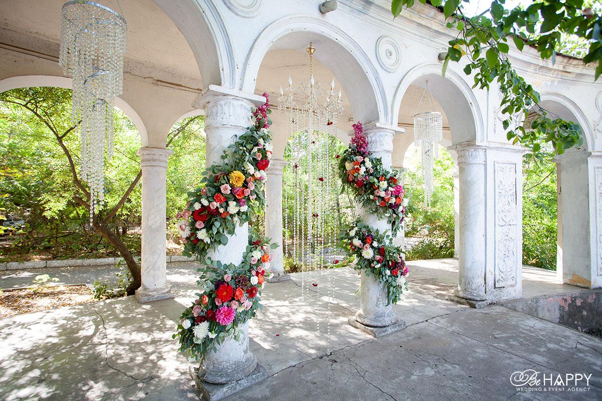 Украшения арки живыми цветами и декоративными люстрами свадебный декор