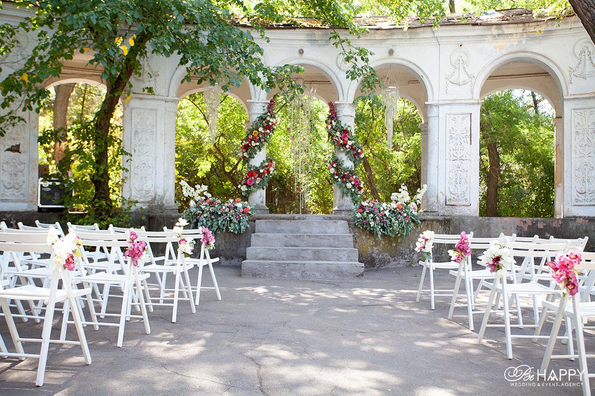 Украшение места проведения свадебной церемонии и мест для гостей Би Хеппи