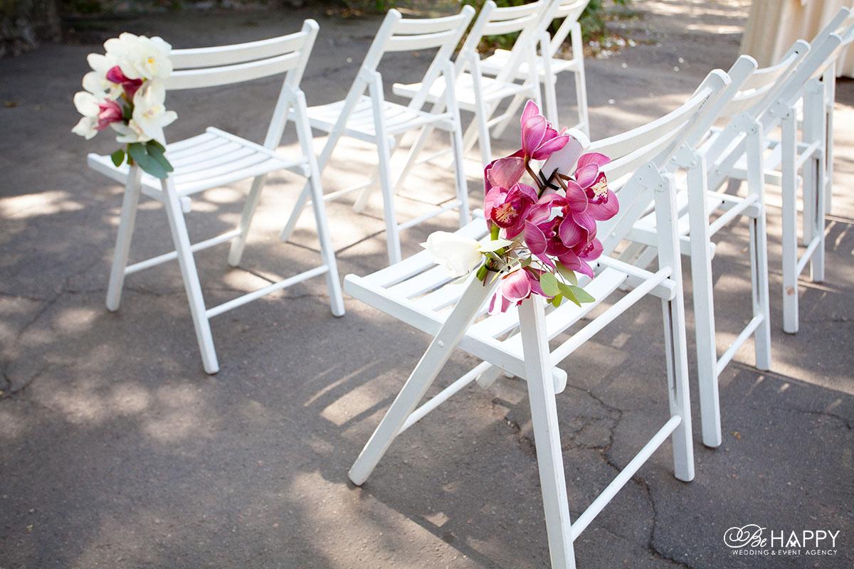 Розовые и белые орхидеи в оформлении мест для гостей