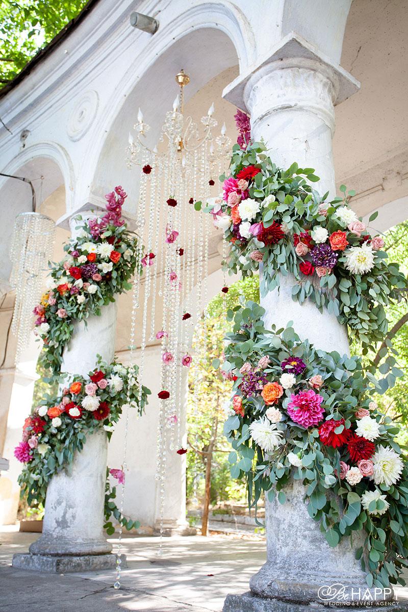 Декоративное оформление места для проведения церемонии живыми цветами Би Хеппи