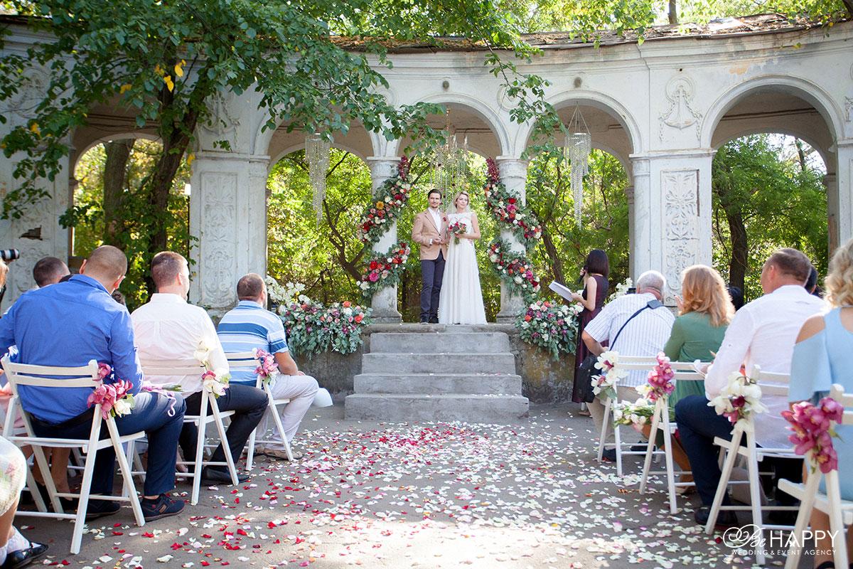 Фото жениха и невесты на выездной свадебной церемонии Би Хеппи