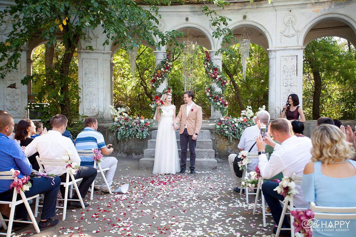 Жених и невеста среди гостей фото Би Хеппи Николаев