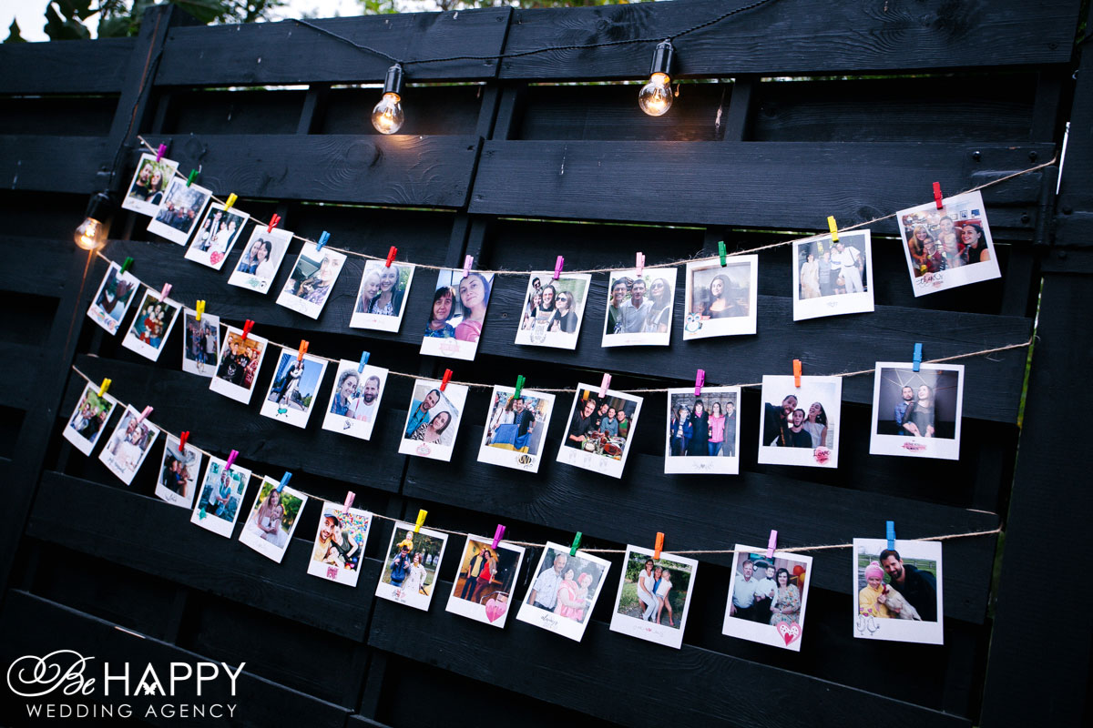 Фото-зона с фотографиями молодоженов и гостей Николаев