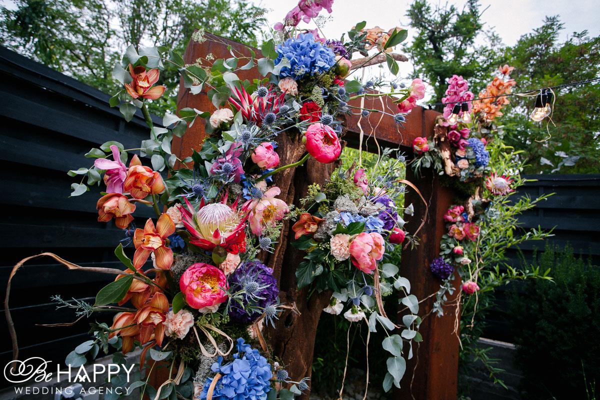 Цветочная композиция из орхидей, гортензий и зелени свадебная арка
