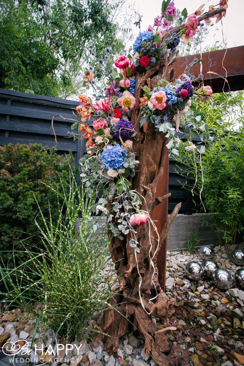 Украшение деревянной свадебной арки живыми цветами Бихеппи декор
