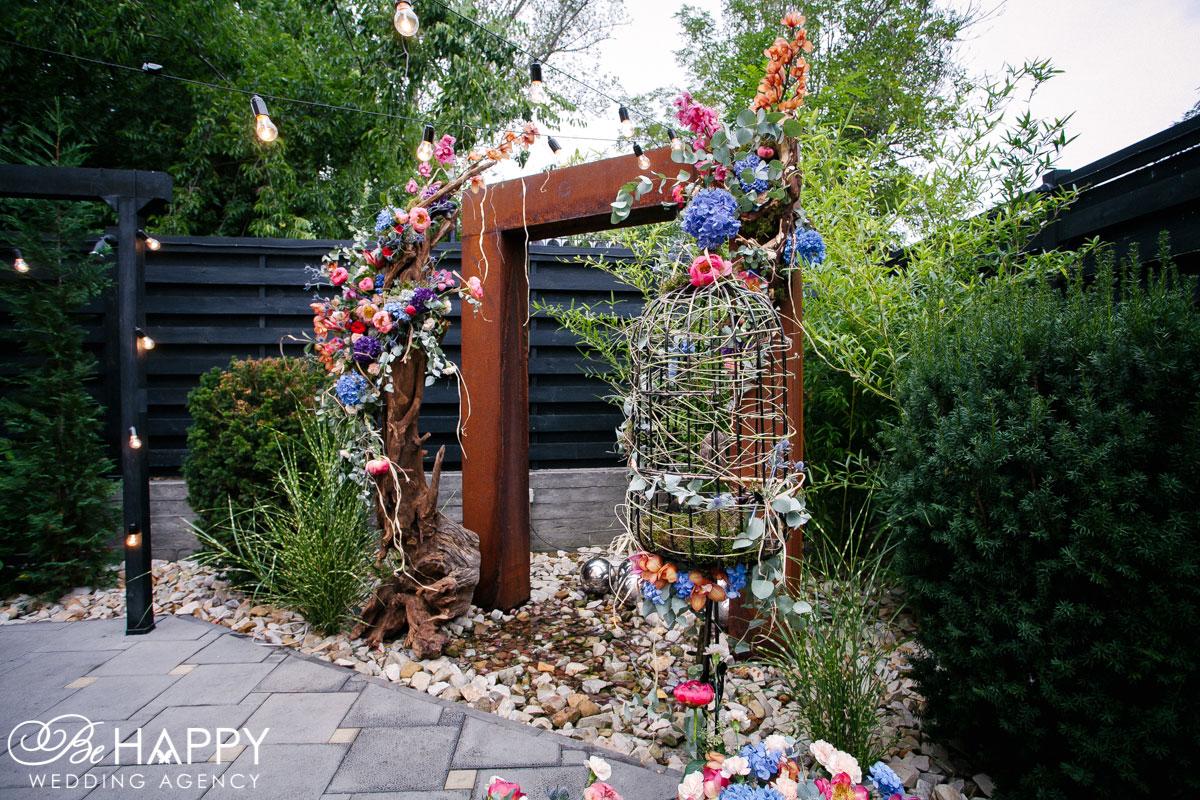 Фото свадебной арки с птичьей клеткой и живыми цветами свадьба Николаев