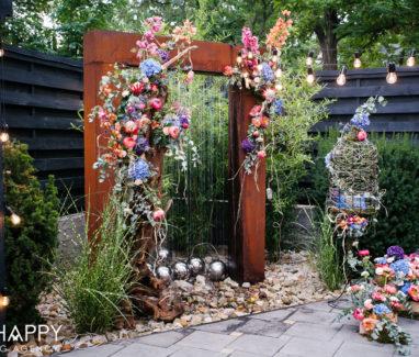 Оформление свадебной арки живыми цветами и клеткой для птиц бихеппи