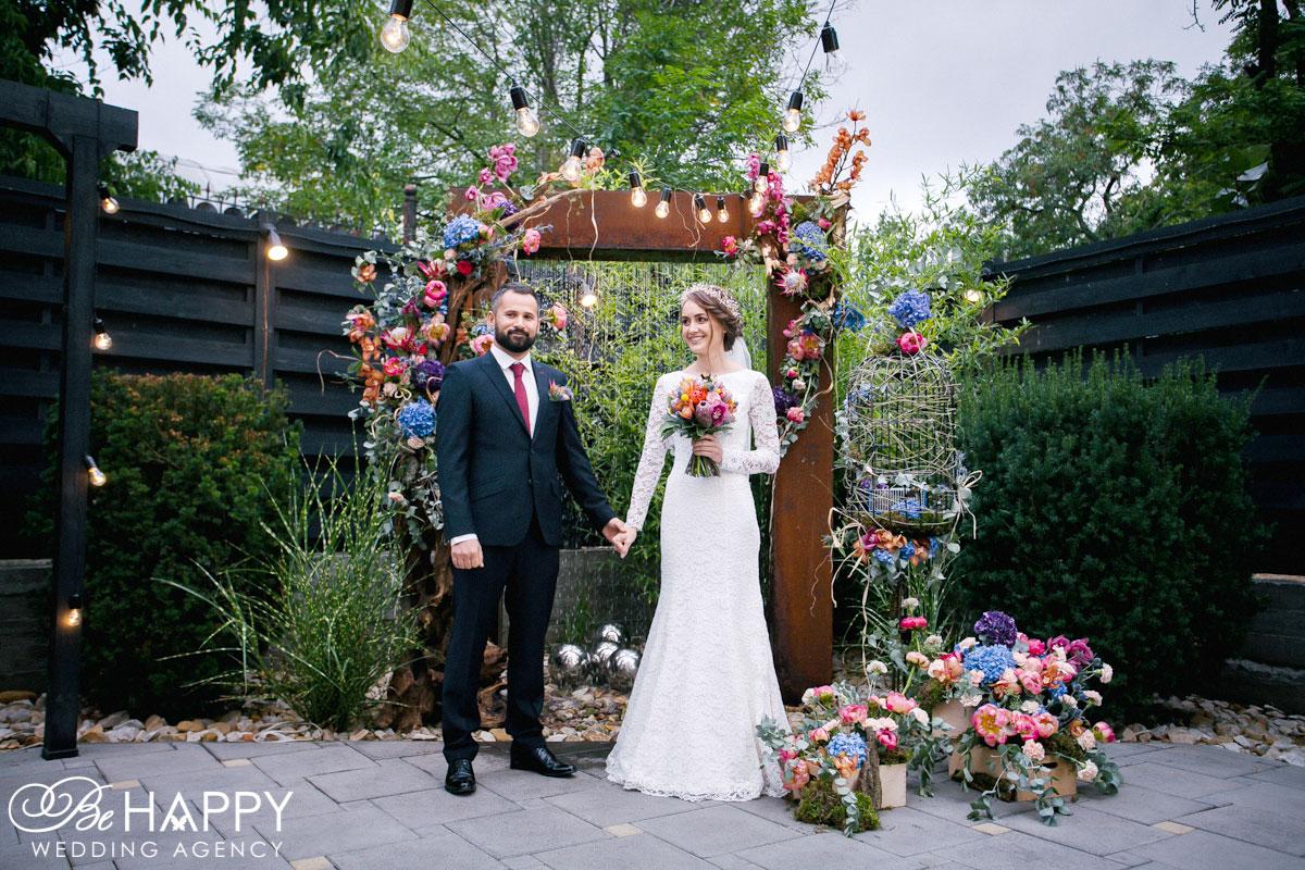Фото молодоженов на фоне свадебной арки бихеппи Николаев