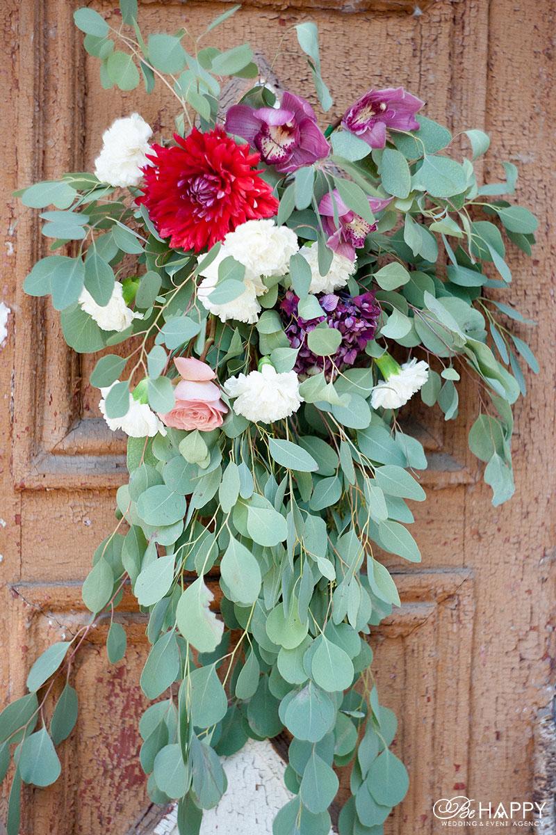 Цветочная композиция из красных гербер, орхидей и роз