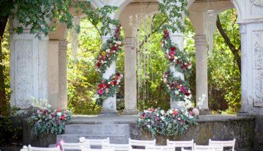Фото колон, обвитых живыми цветами свадебная флористика Би Хеппи