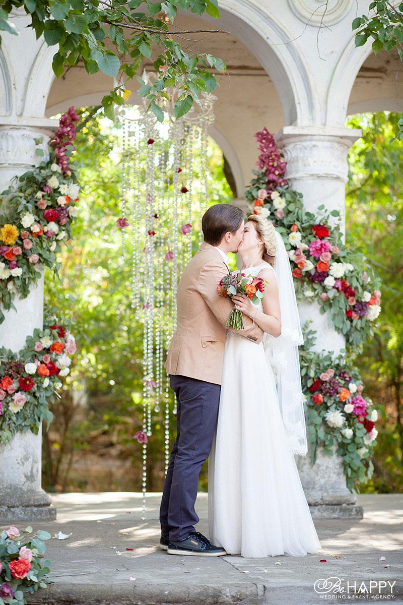 Первый поцелуй молодоженов фото свадьба Николаев