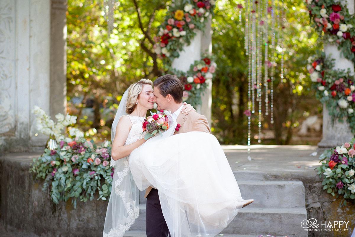 Фото жениха, несущего невесту на руках свадьба Николаев