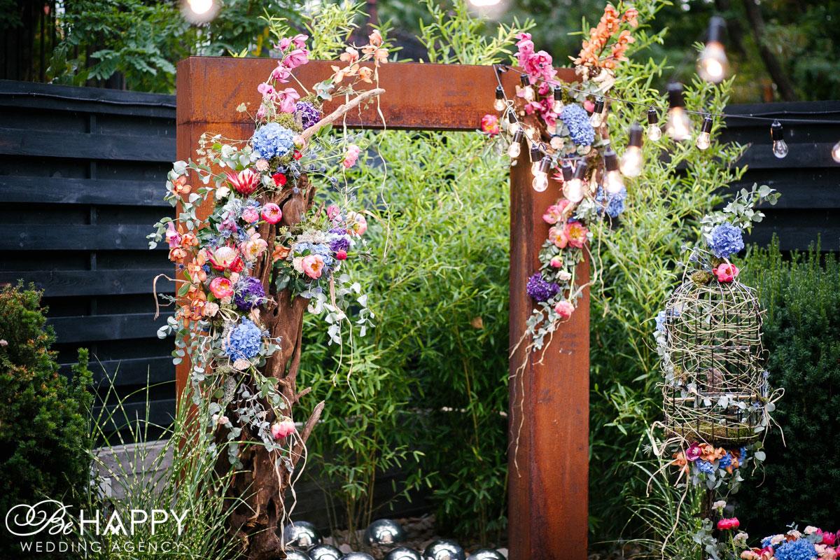 Фото деревянной свадебной арки, украшенной живыми цветами Николаев