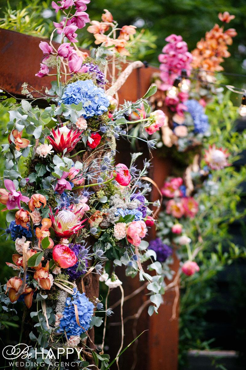 Яркая цветочная композиция в оформлении свадебной арки Николаев