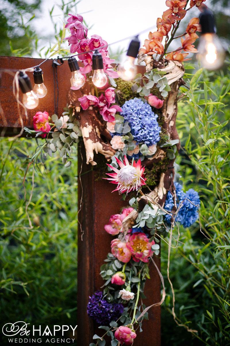 Фото цветочной композиции и гирлянды свадебный декор Би Хеппи