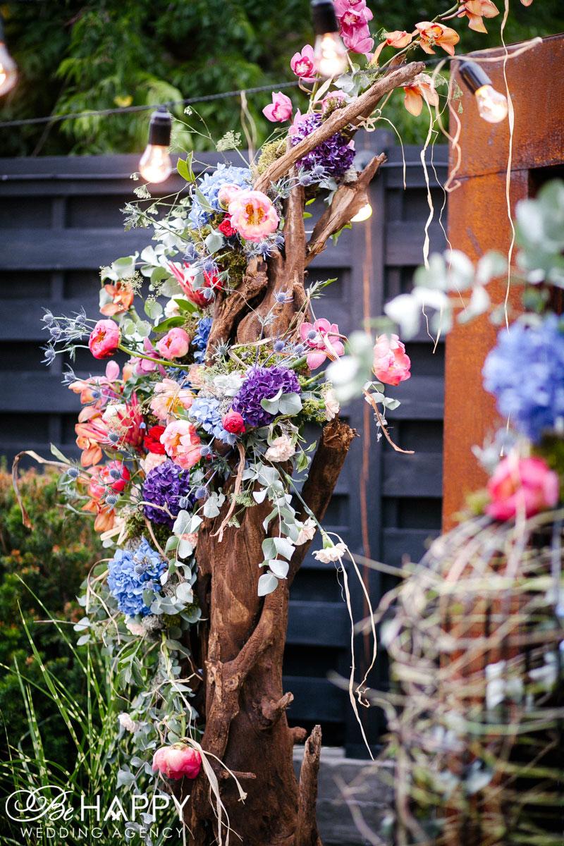 Украшение деревянное свадебной арки цветами и предметами декора Николаев