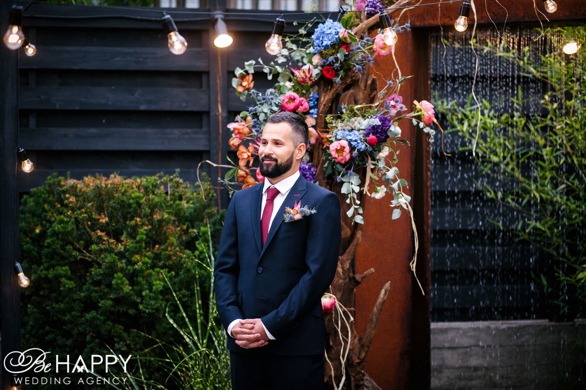 Фото жениха на фоне свадебной арки бихеппи свадьба