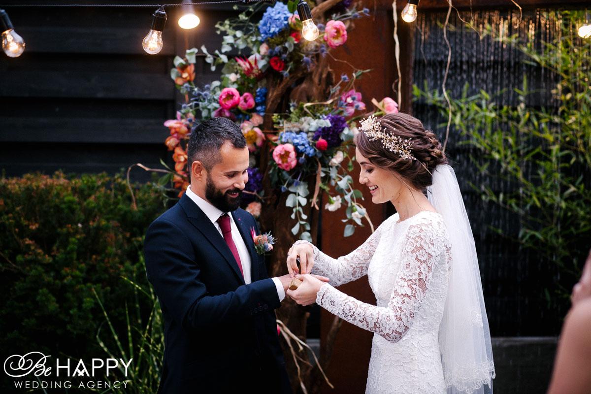Жених и невеста обмениваются кольцами свадьба Николаев
