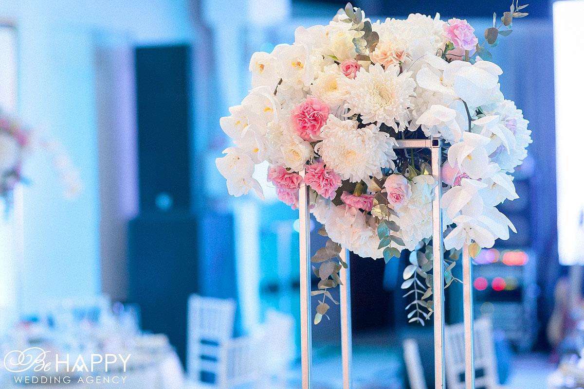 Цветочная композиция из роз, хризантем и орхидей свадебная флористика Би Хеппи