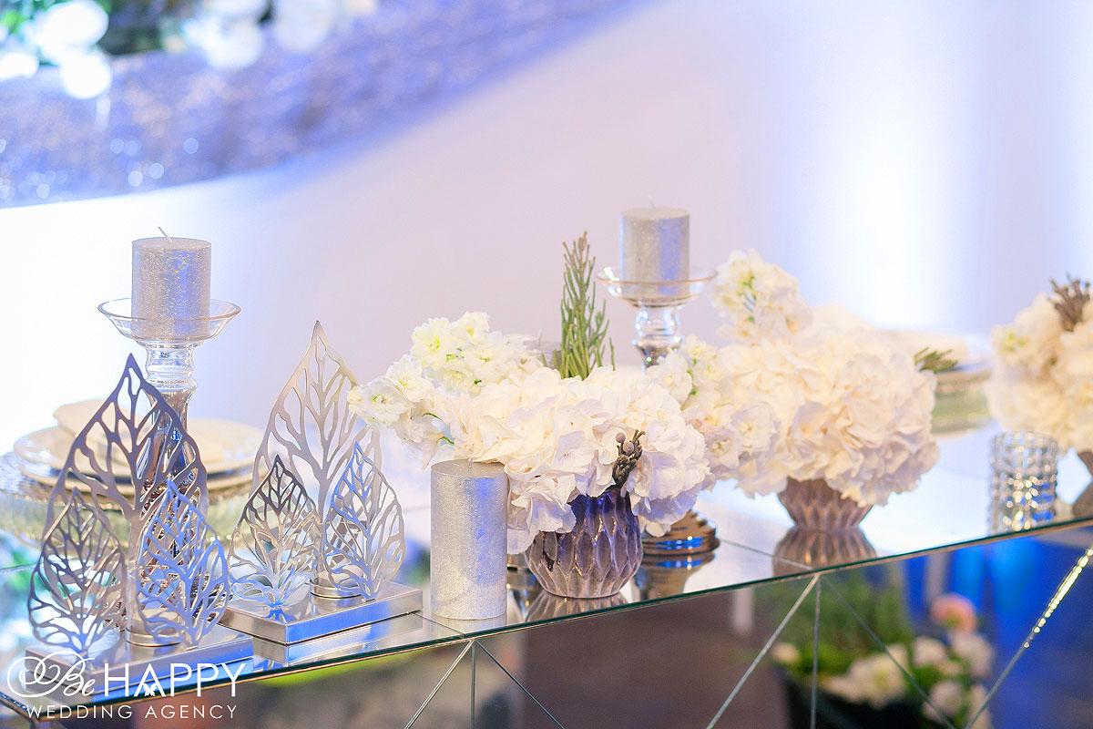Белые гортензии и декоративные свечи банкетный стол бихеппи