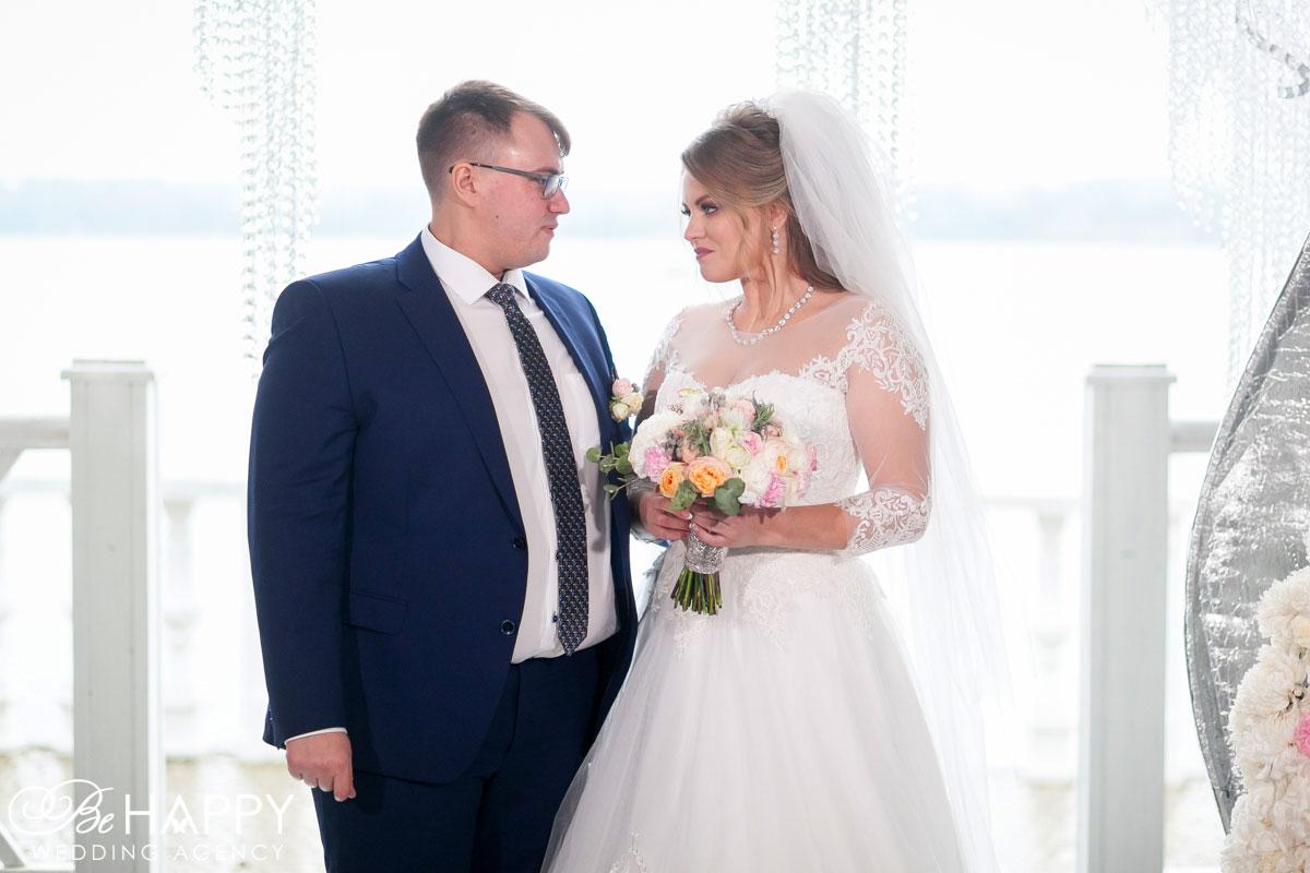 Совместное фото молодоженов на фоне свадебной арки свадьба Николаев