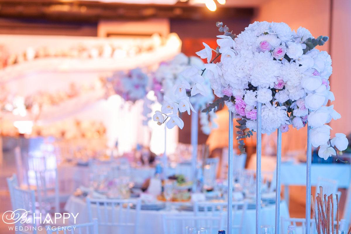 Цветочная композиция из орхидей, хризантем и роз свадебная флористика бихеппи