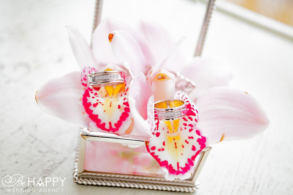Обручальные кольца в орхидеях фото Николаев