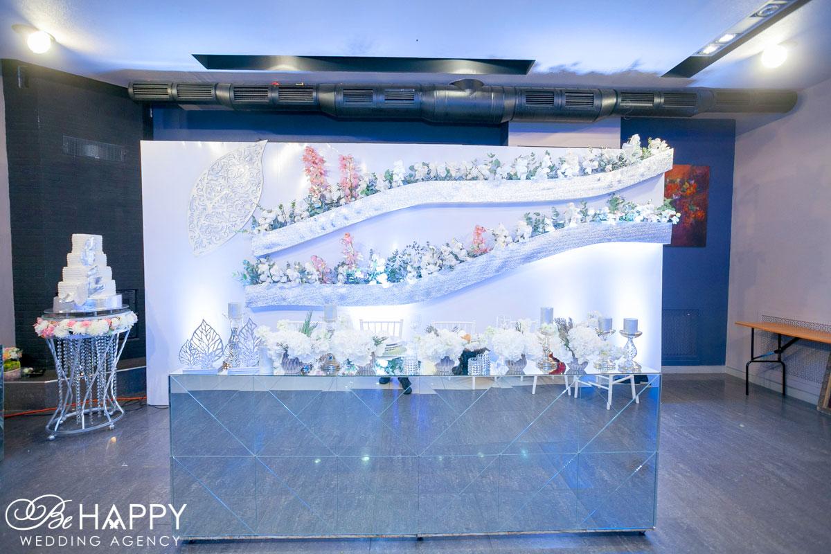 Оформление стола молодоженов цветами и предметами декора бихеппи Николаев