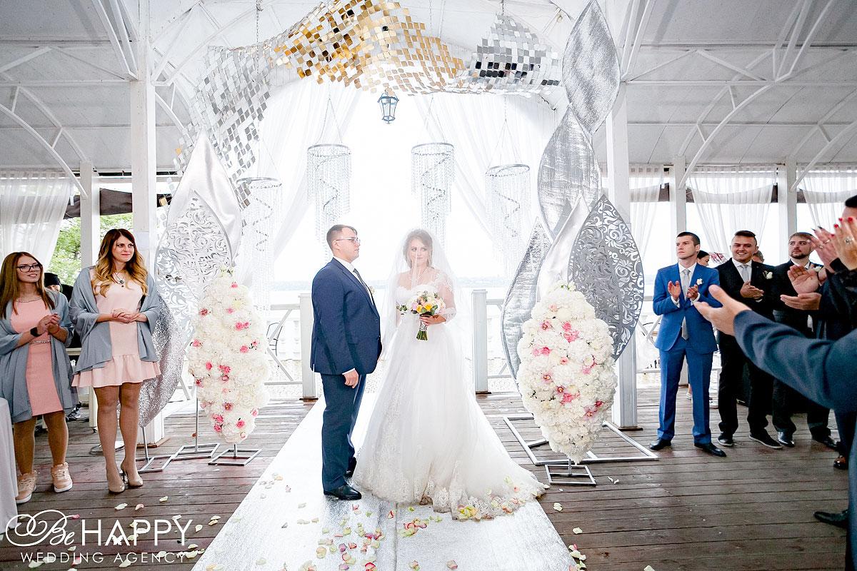 Гости хлопают жениху и невесте выездная церемония агентство Би Хеппи