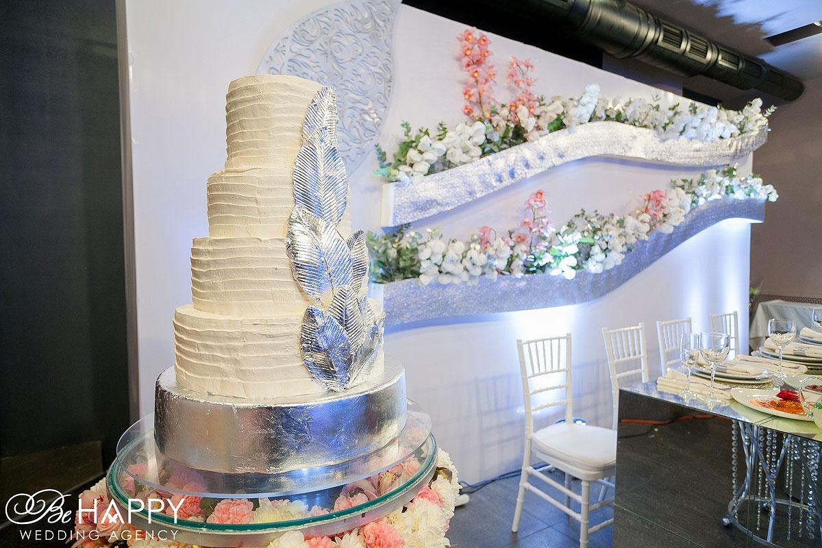 Пятиярусный свадебный торт с серебряным декором