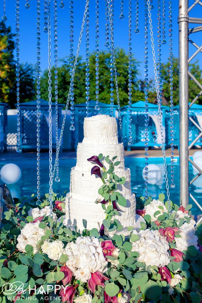 Белый свадебный торт украшенный живыми цветами свадьба Николаев