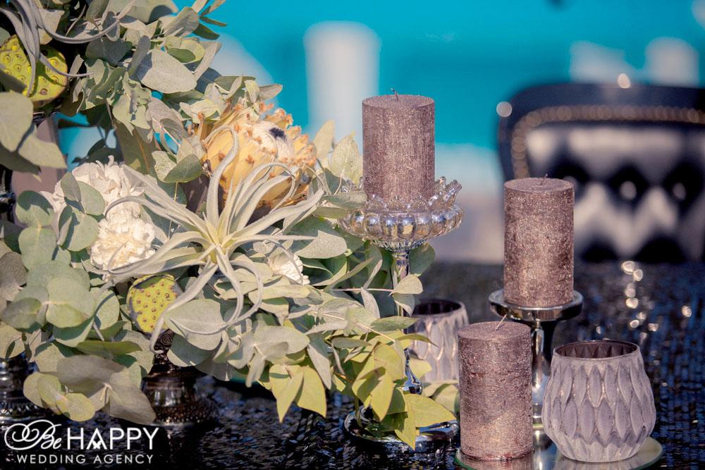 Декорирование стола молодоженов живыми цветами и свечами бихеппи