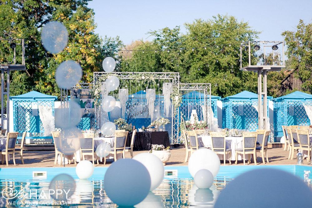 Выездная свадебная церемония возле бассейна фото Николаев