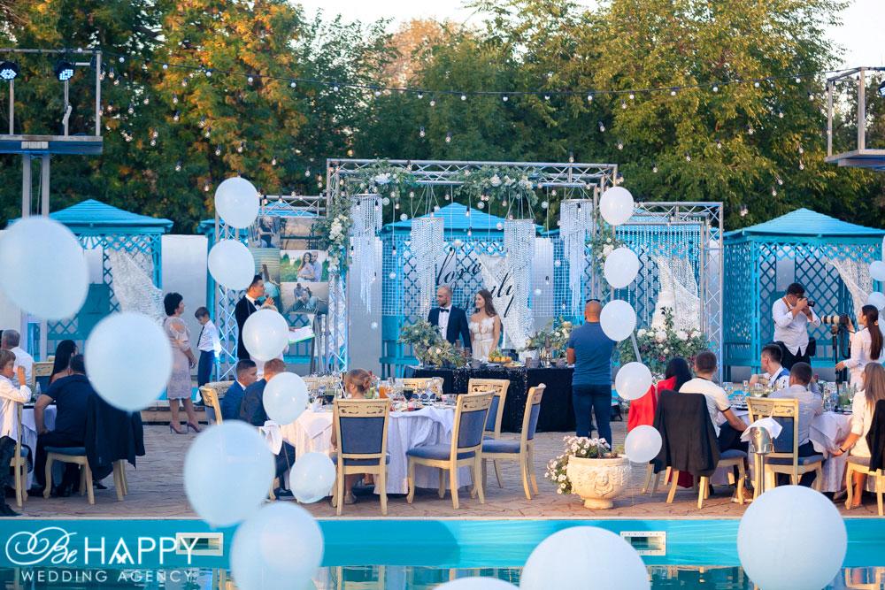 Декоративное украшение банкетной зоны люстрами, воздушными шарами и живыми цветами