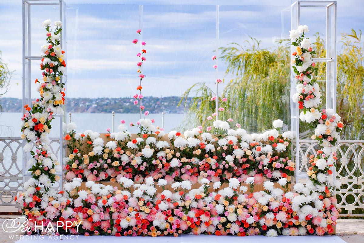 Выездная свадебная церемония арка полностью украшенная цветами