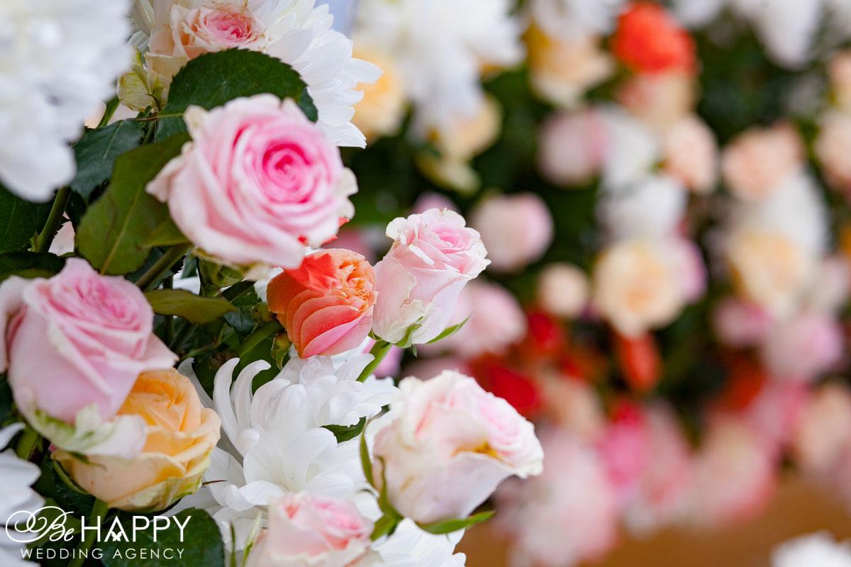 Украшение свадебной арки живыми розами и хризантемами свадебная флористика Бихеппи