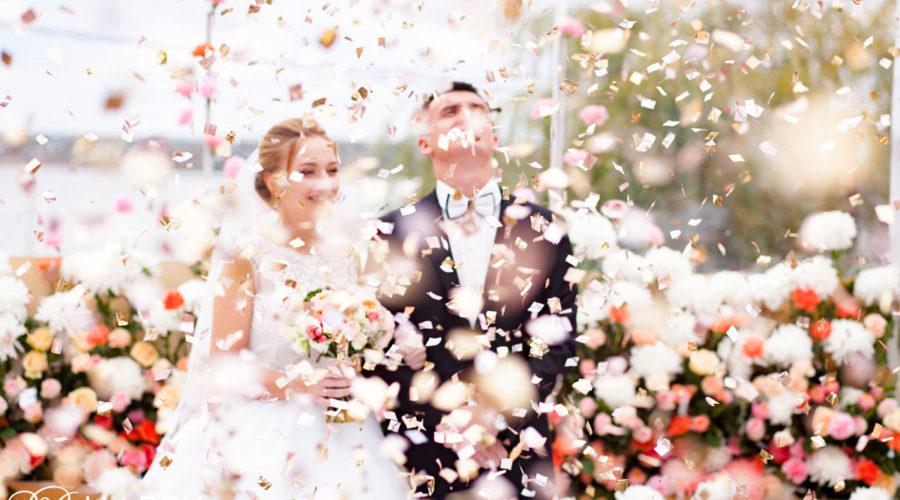 Фото жениха и невесты лепестки роз свадебная фотосессия бихеппи