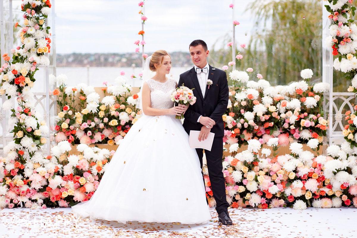 Молодожены со свидетельством о браке в руках свадьба Би Хеппи