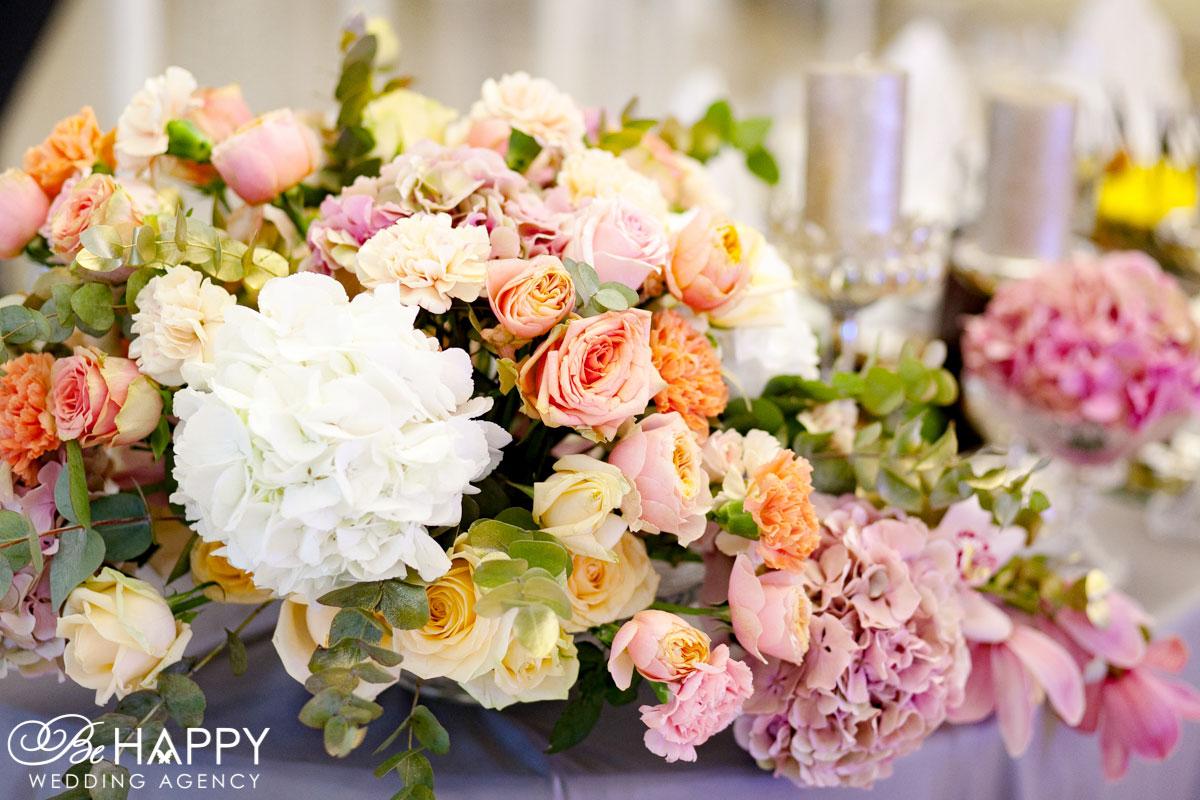 Цветочная композиция из роз, гортензий, хризантем и пионов банкетный стол