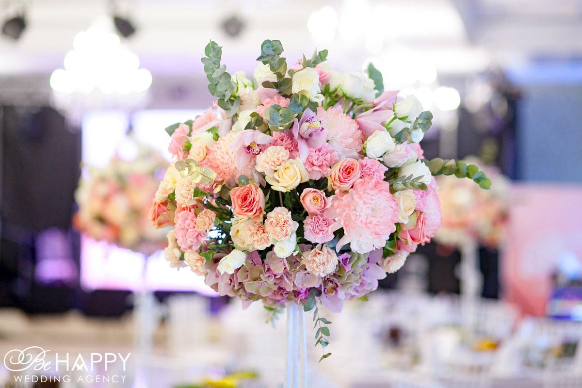 Декоративная цветочная композиция на столах для гостей свадьба Николаев