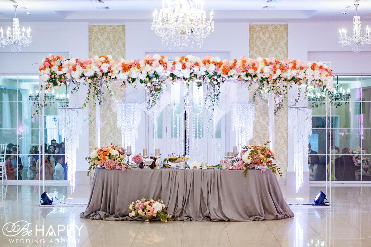 Тканевая драпировка и цветочные композиции стол молодоженов банкетный зал