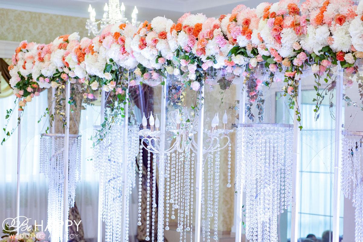 Свадебная арка из живых цветов над столом молодоженов