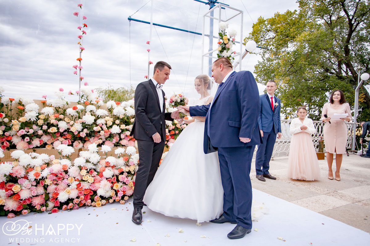 Отец невесты передает невесту в руки жениха фото