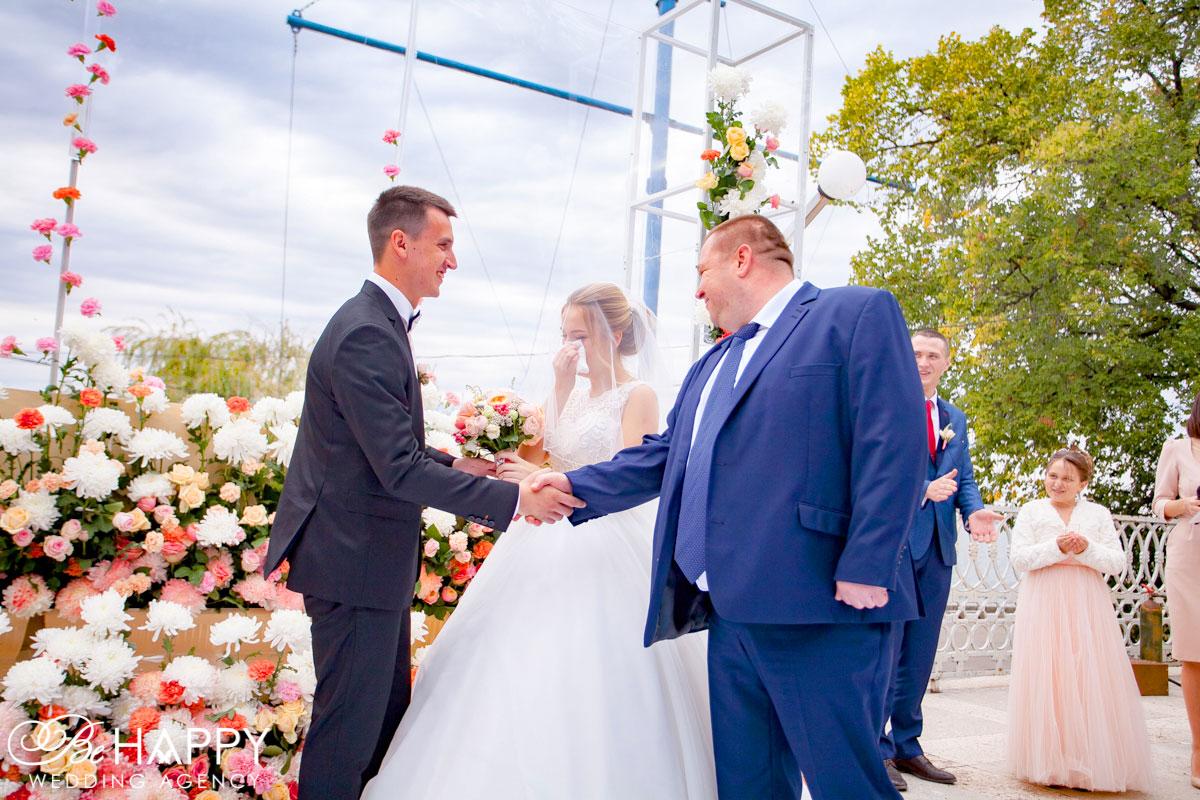 Фото молодоженов с отцом невесты свадьба Николаев