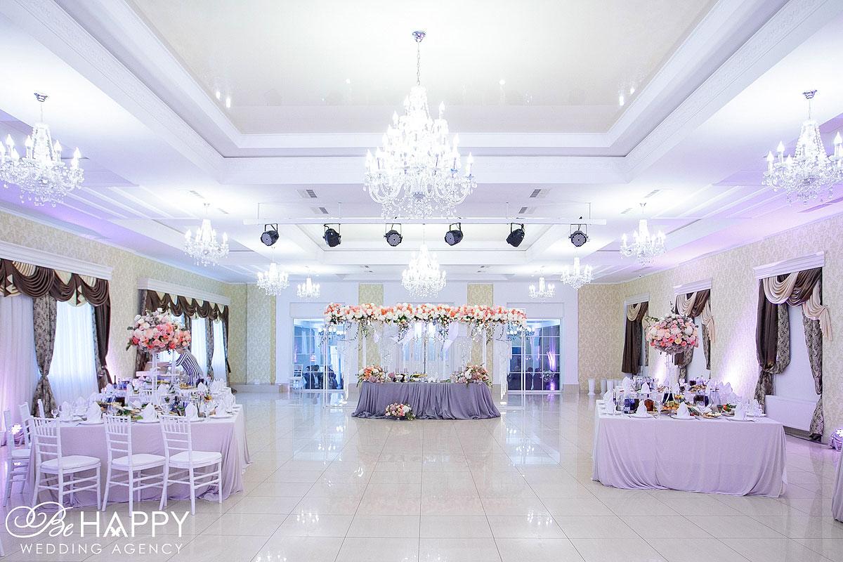 Украшение столов для гостей и стола молодоженов Be happy decoration