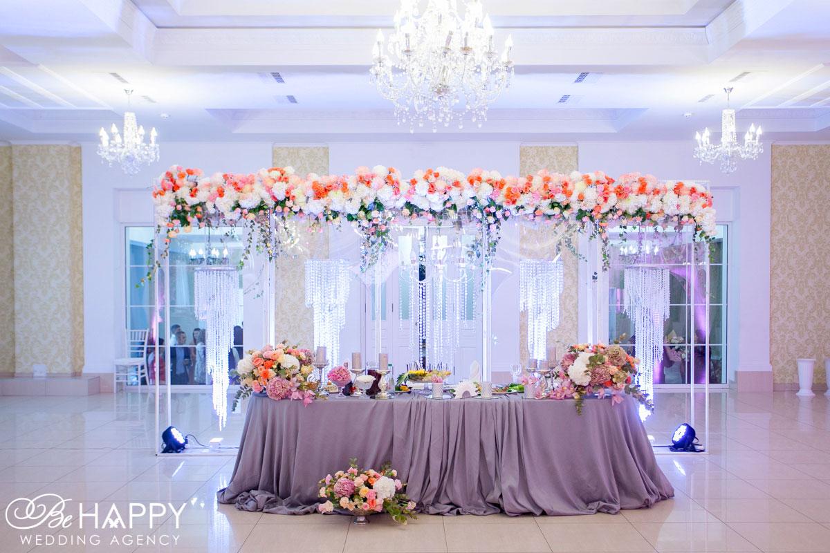 Стол молодоженов с живыми цветами свадебный декор Би Хеппи