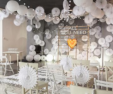 Оформление зала для проведения свадебной церемонии белыми китайскими фонариками