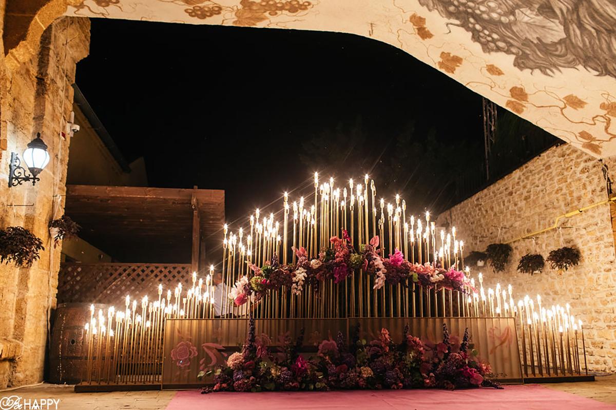 Декоративная зона на свадьбе украшенная цветами и горящими свечами