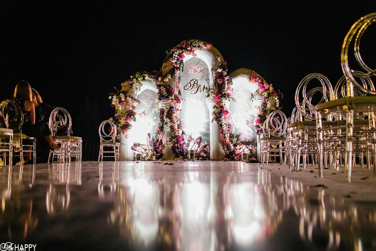 Фото зоны проведения церемонии с ночным освещением