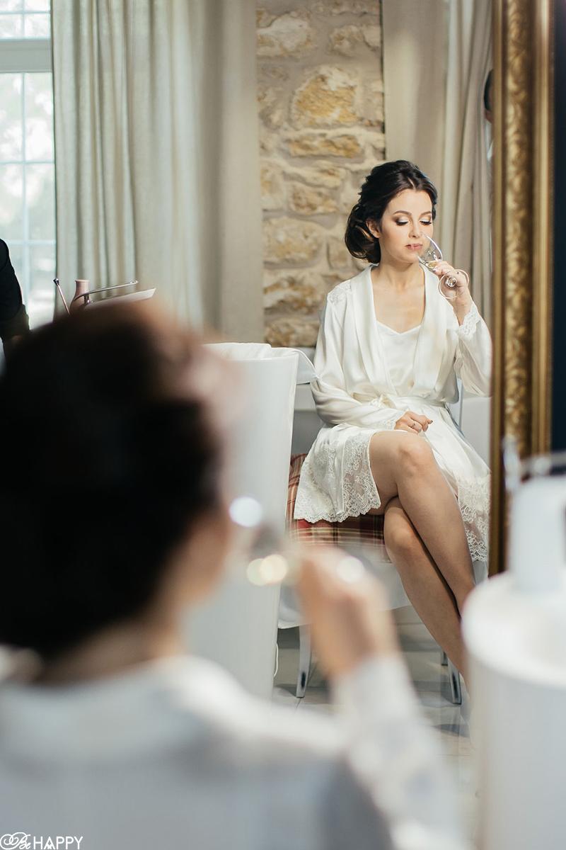 Невеста пьет шампанское перед свадьбой отражение в зеркале